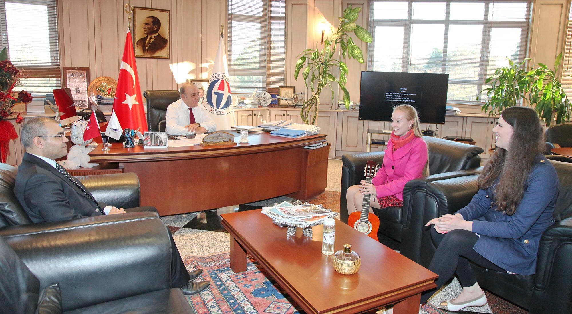 Litvanyalı öğrencilerden Rektör'e Türkçe şarkı sürprizi -  (2)