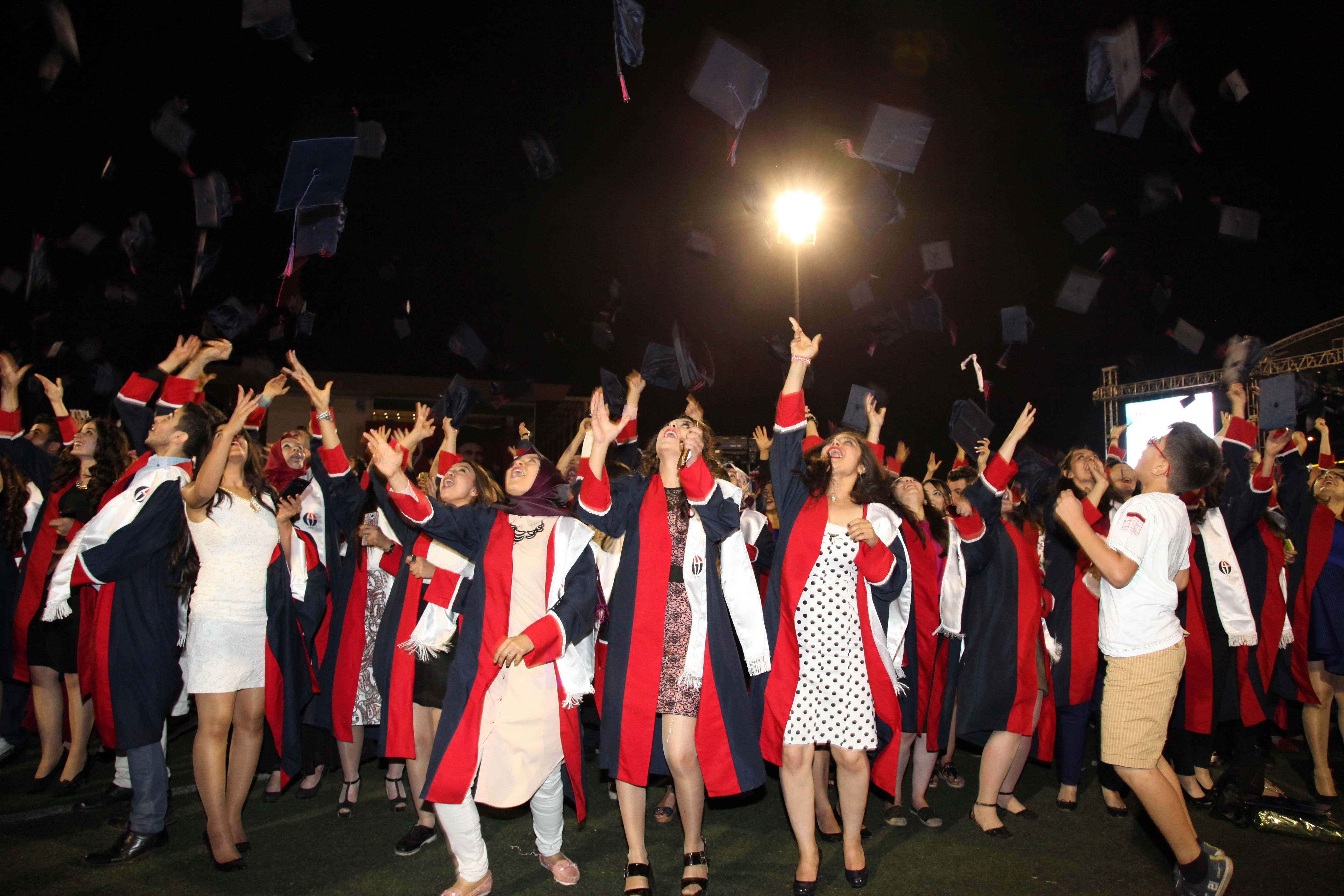 GAZİANTEP Üniversitesi'nde mezuniyet coşkusu - (kep atma)