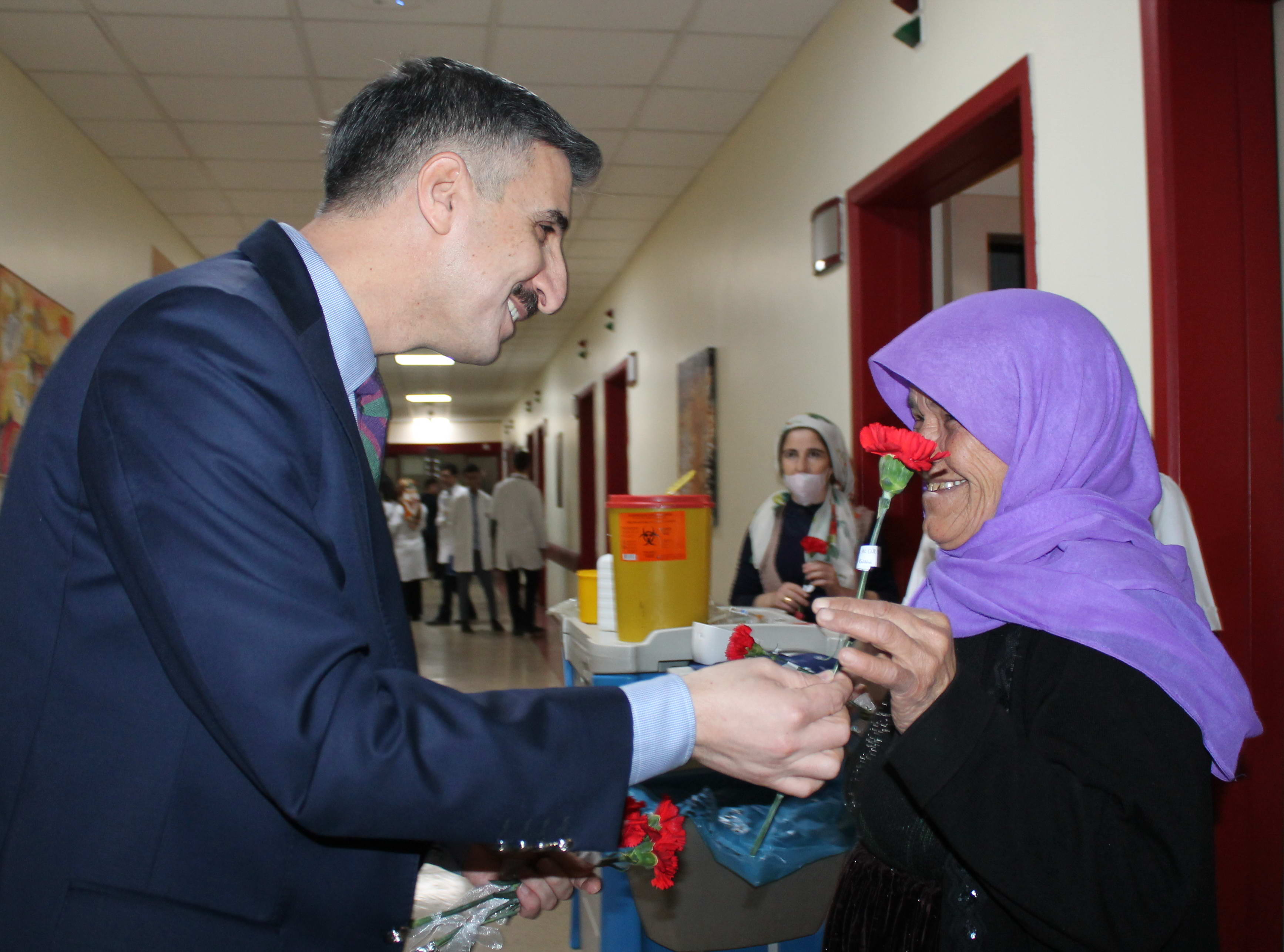 GAÜN Rektörü Prof. Dr. Gür Tüm Bayan Personele Çiçek Takdim Etti -  (3)