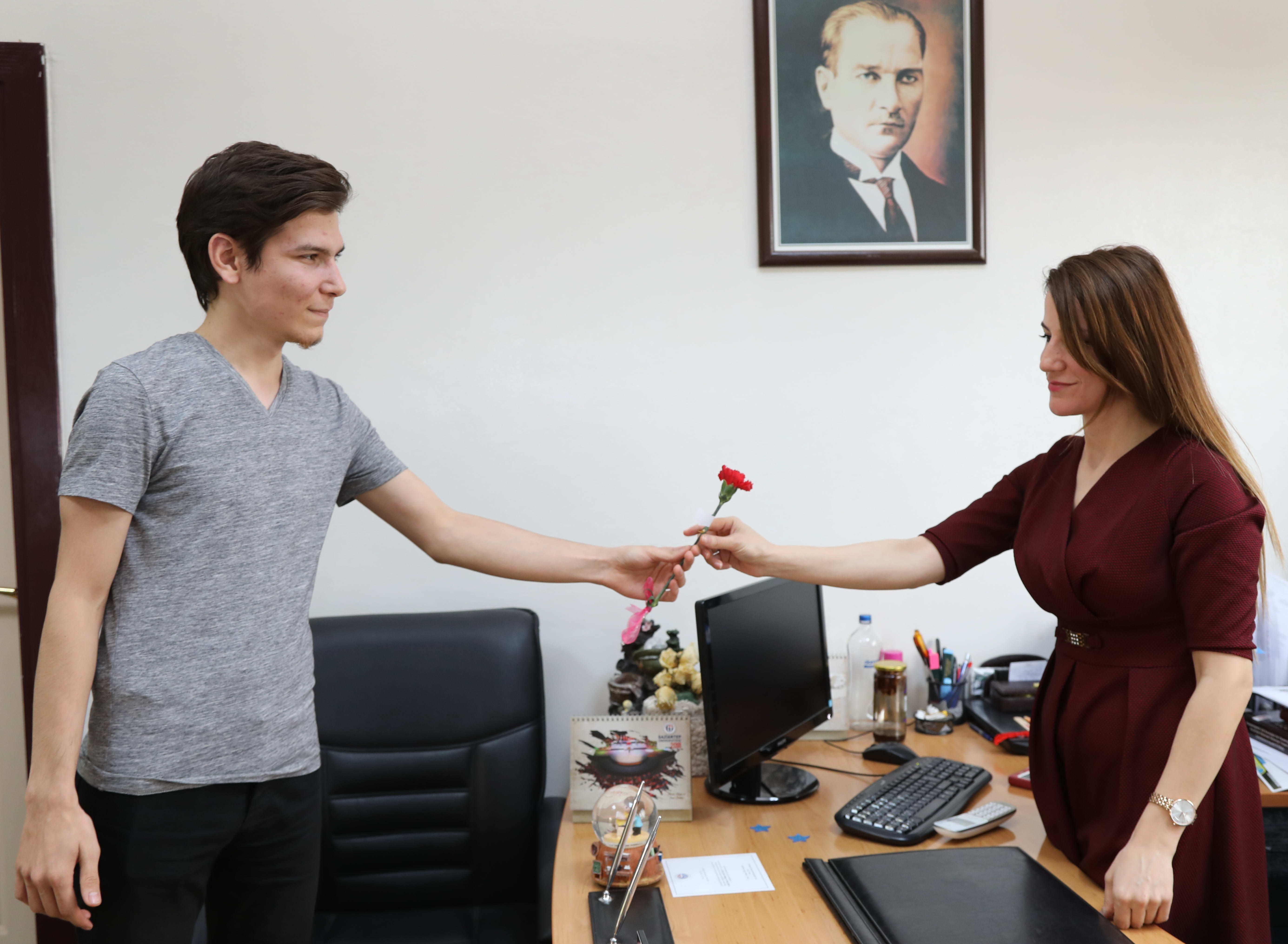 GAÜN Rektörü Prof. Dr. Gür Tüm Bayan Personele Çiçek Takdim Etti -  (5)