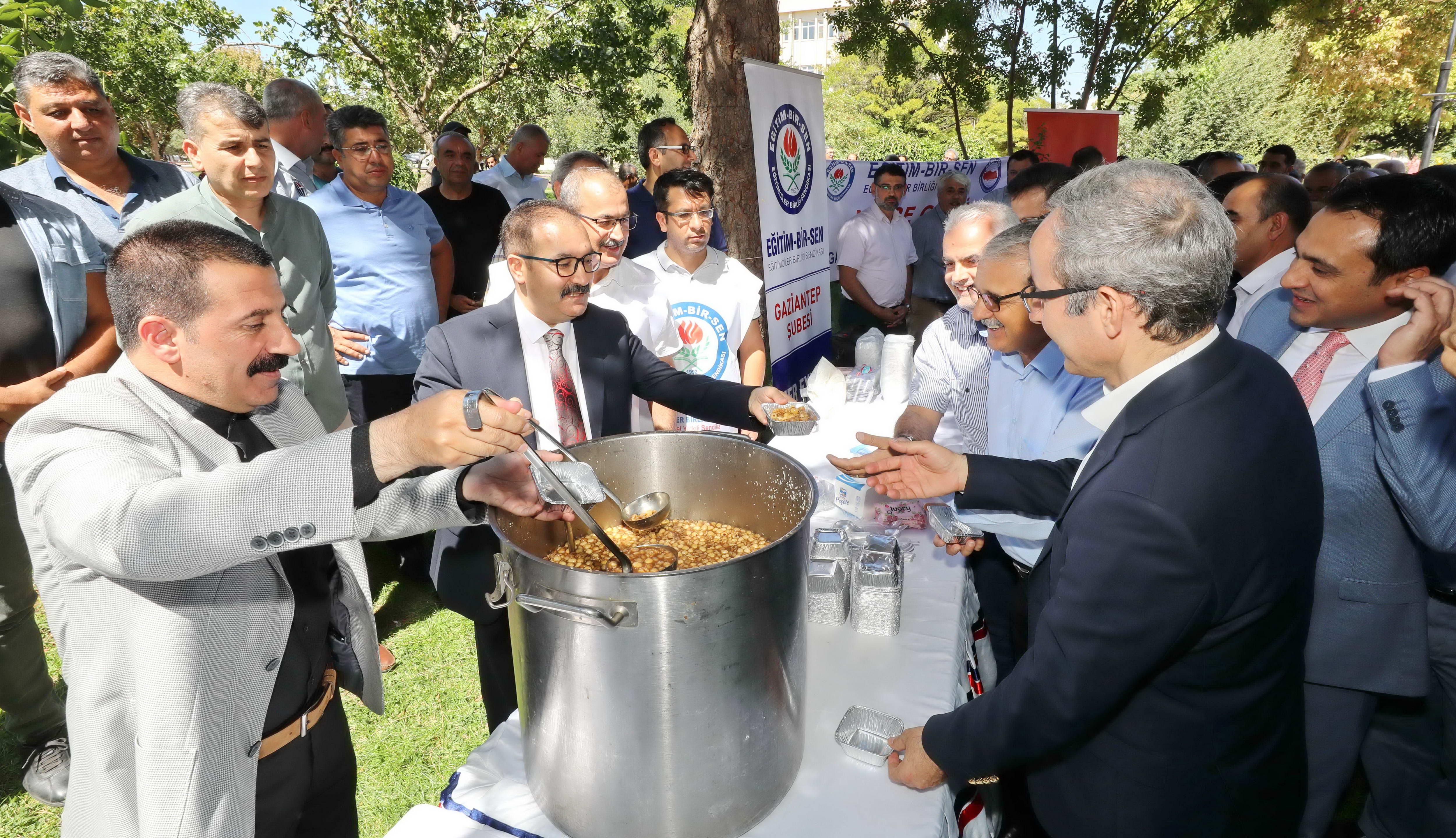 Eğitim–Bir-Sen Gaziantep Üniversitesi Temsilciliği'nden bin kişiye aşure-1