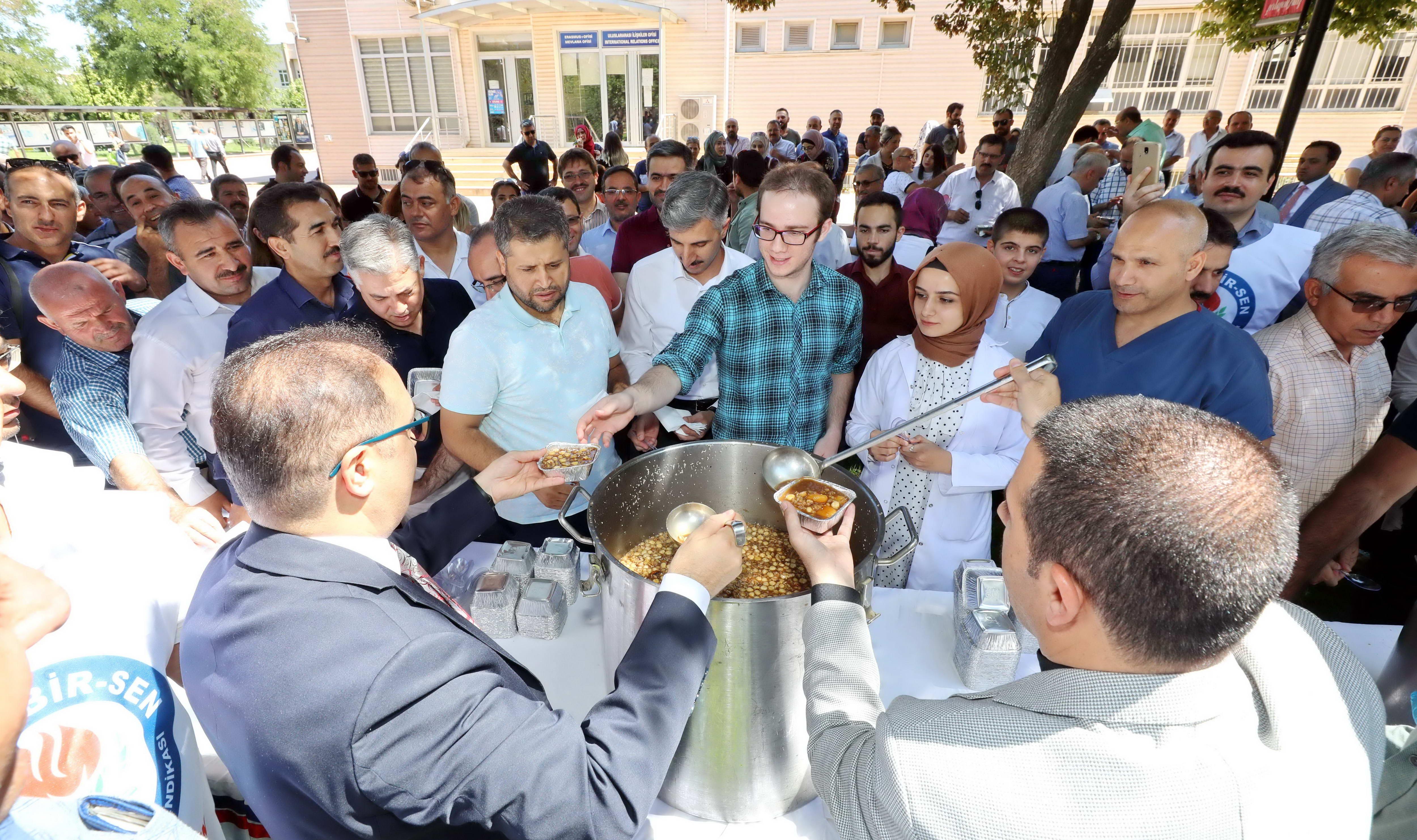 Eğitim–Bir-Sen Gaziantep Üniversitesi Temsilciliği'nden bin kişiye aşure-2