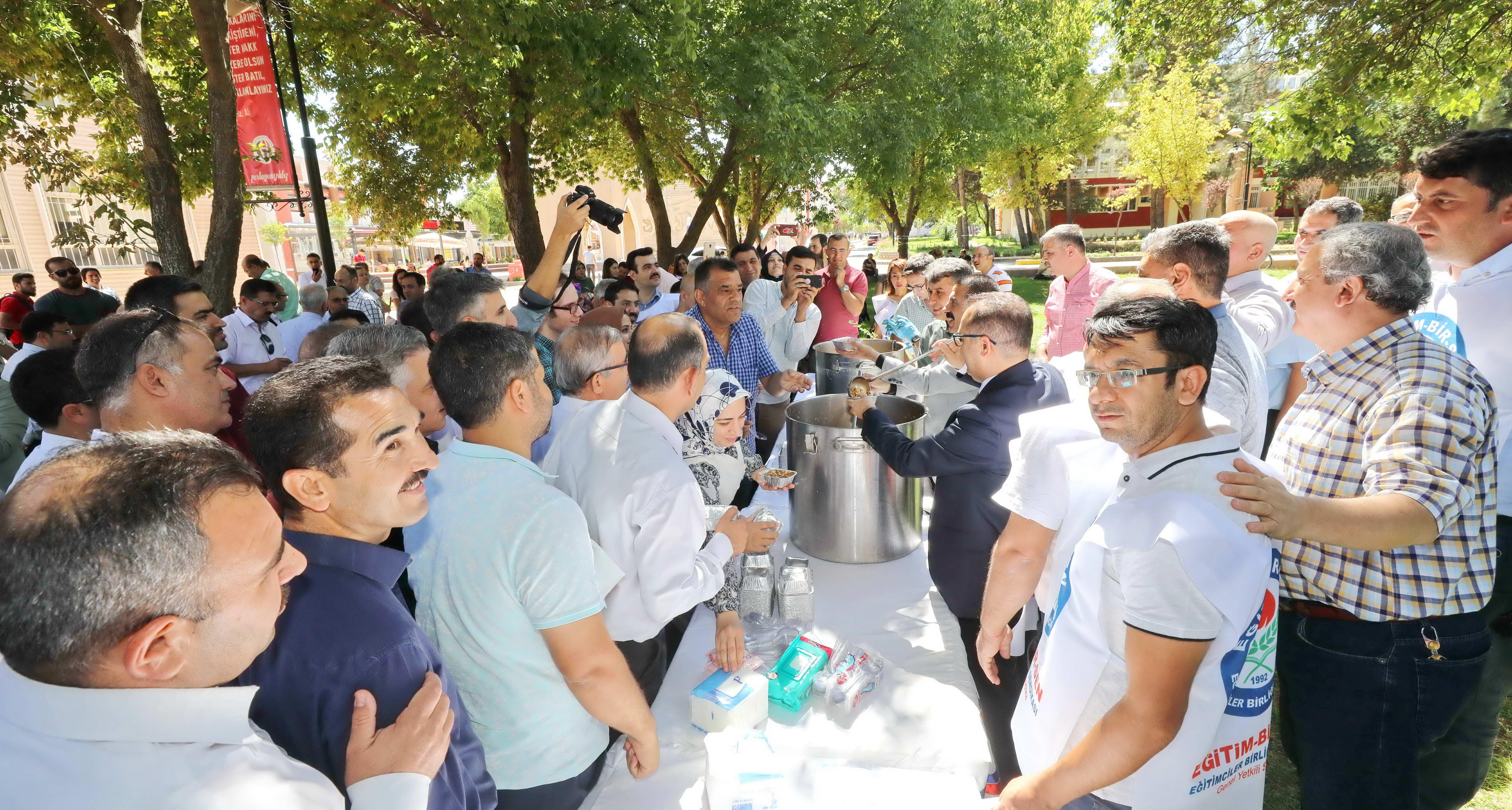 Eğitim–Bir-Sen Gaziantep Üniversitesi Temsilciliği'nden bin kişiye aşure-3